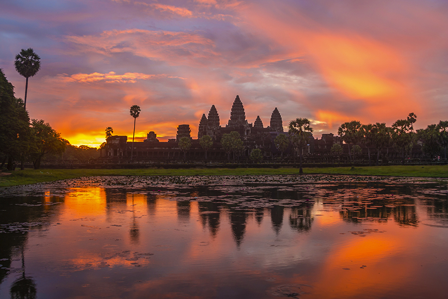 Watch sunset or sunrise in Siem Reap´s famous Buddhist temple Angkor Wat like Lara Croft