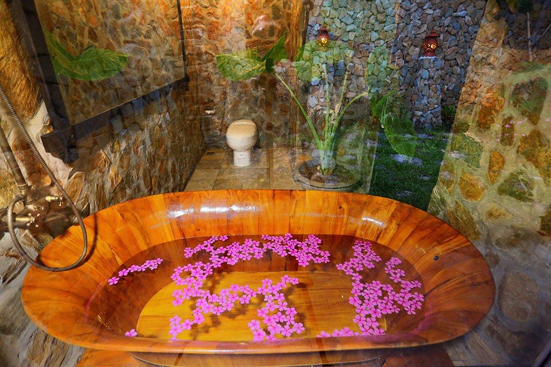 Mai Chau Ecolodge bathtub in junior deluxe room