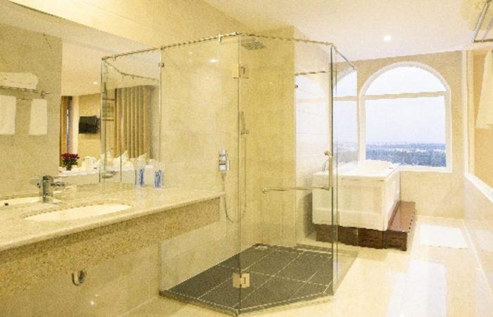 west hotel suite bathroom