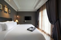 Big bed in the executive room of La Siesta Premium Hang Be