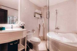 Alagon City Hotel Elegant Suite Bathroom with a bathub